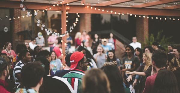 Gente disfrutando en una fiesta/Unsplash