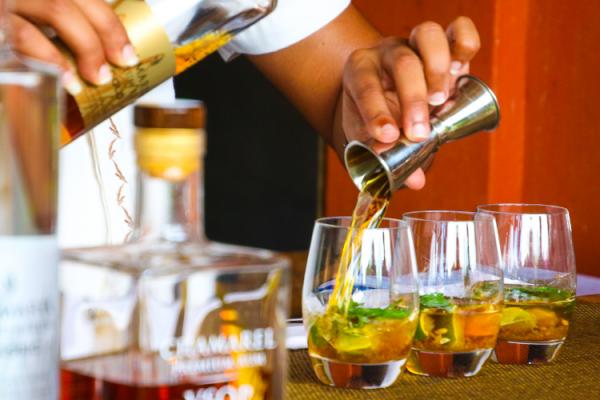 Cócteles to-go: la reinvención de los bares de copas en época de pandemia